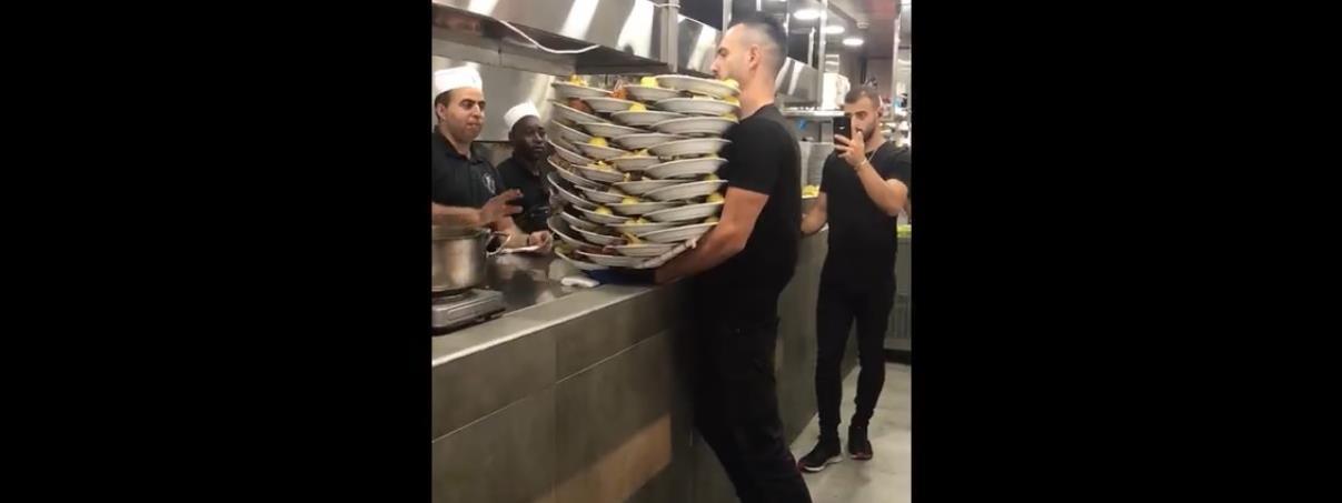 31 tányért vitt ki egyszerre az izraeli pincér – videó
