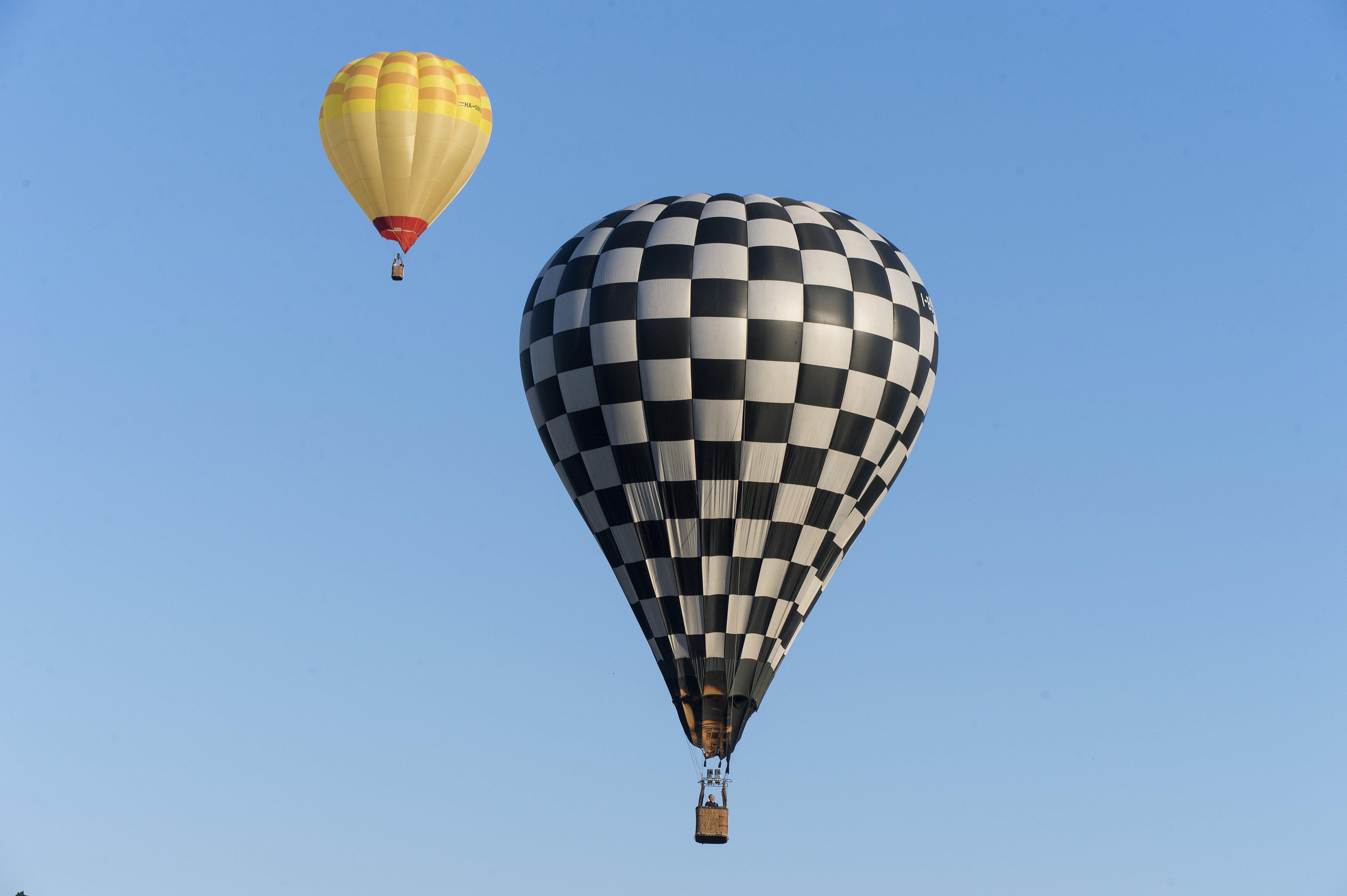 Egy mozgó autó tetejére zuhant a hőlégballonból egy férfi, azonnal meghalt