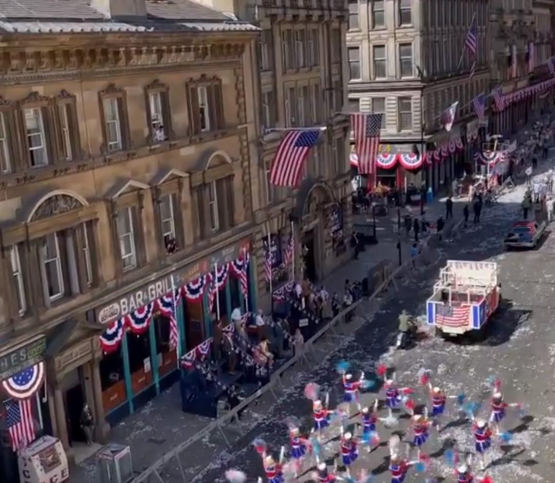 Amerikai zászlók borítják Skócia legnagyobb városának utcáit, ahol az Indiana Jones-film forog – videó