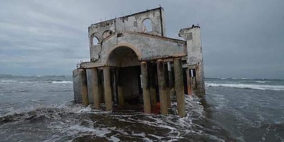 Rejtelmes, elhagyatott villára bukkantak a fürdőzők a tengerparton – Özönlenek ide a turisták
