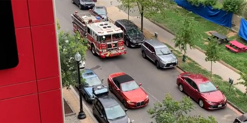 Kitette a vészvillogót a BMW-s nő, és még ő volt megsértődve, amikor jött egy szirénázó tűzoltó - videó