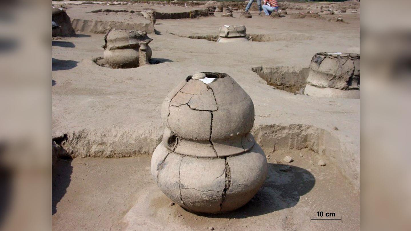 Bronzkori urnába temették az anyát és ikreit a Duna mentén