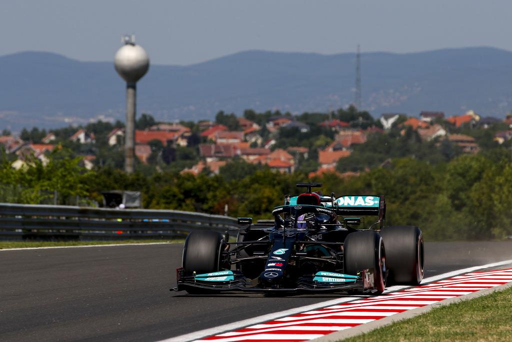 Hamilton fordíthat a pokoli hőségben, Verstappen az égiekben bízhat