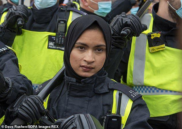 Rasszista üzenetek sorát posztolta a hősnek kikiáltott muszlim rendőrnő