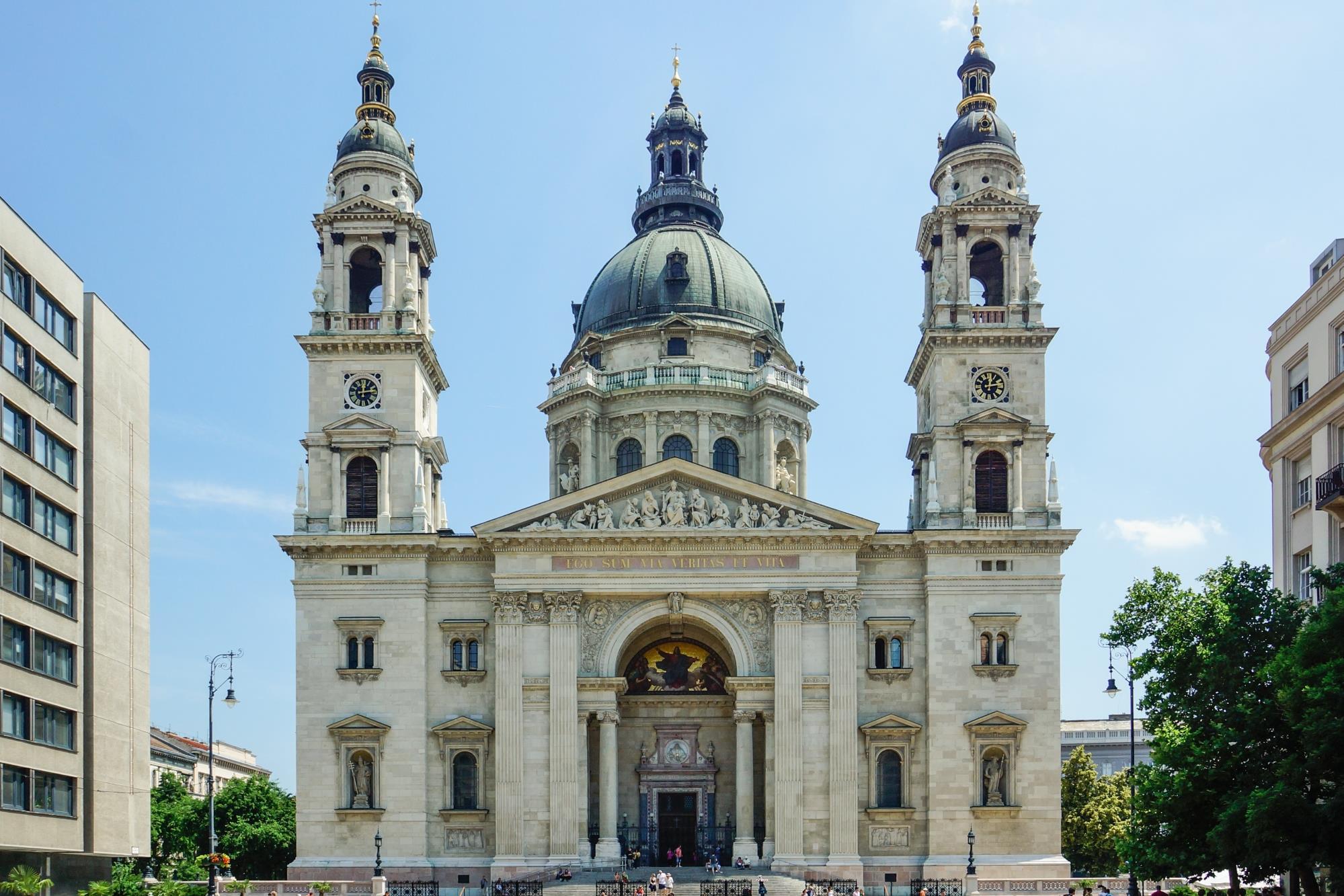 Szabadtéri mozivá alakul a bazilika előtti tér