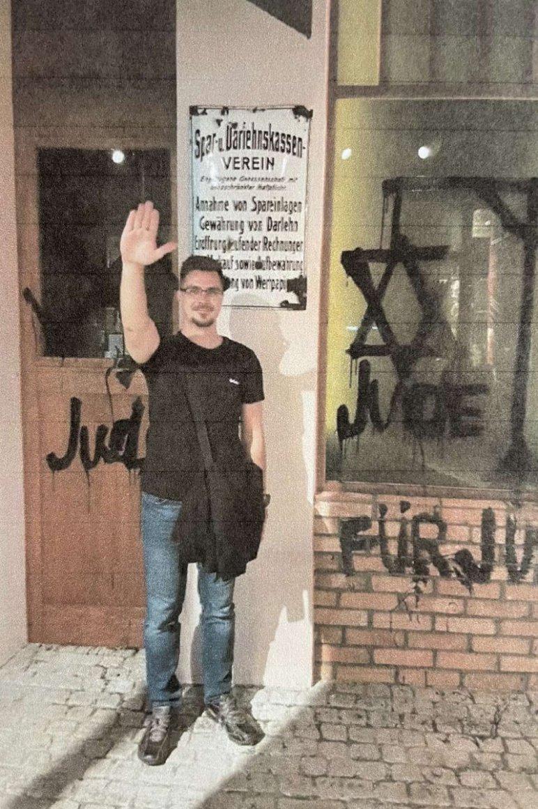 Hiába mentegette a náci jobbikost Jakab Péter és Gyurcsányné is, le kellett mondania