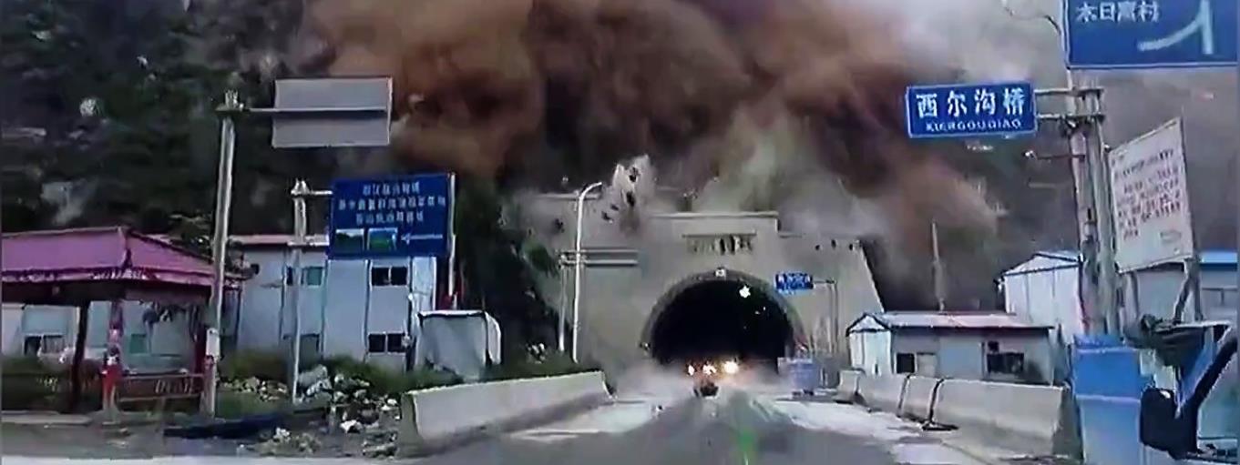 Ráomlott a hegyoldal a kocsikkal teli alagút bejáratára – videók