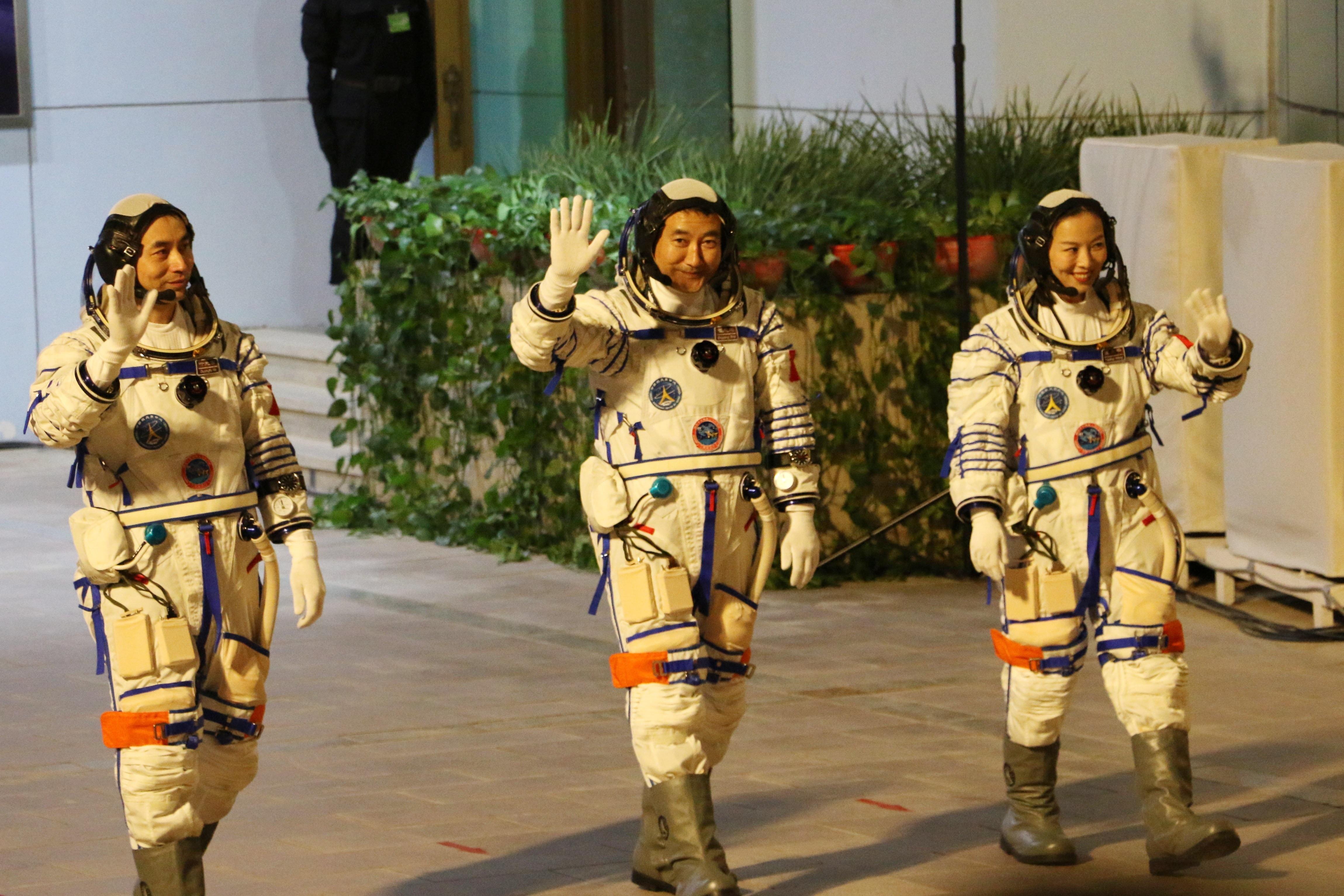 Kína három űrhajóst küldött épülő űrállomására