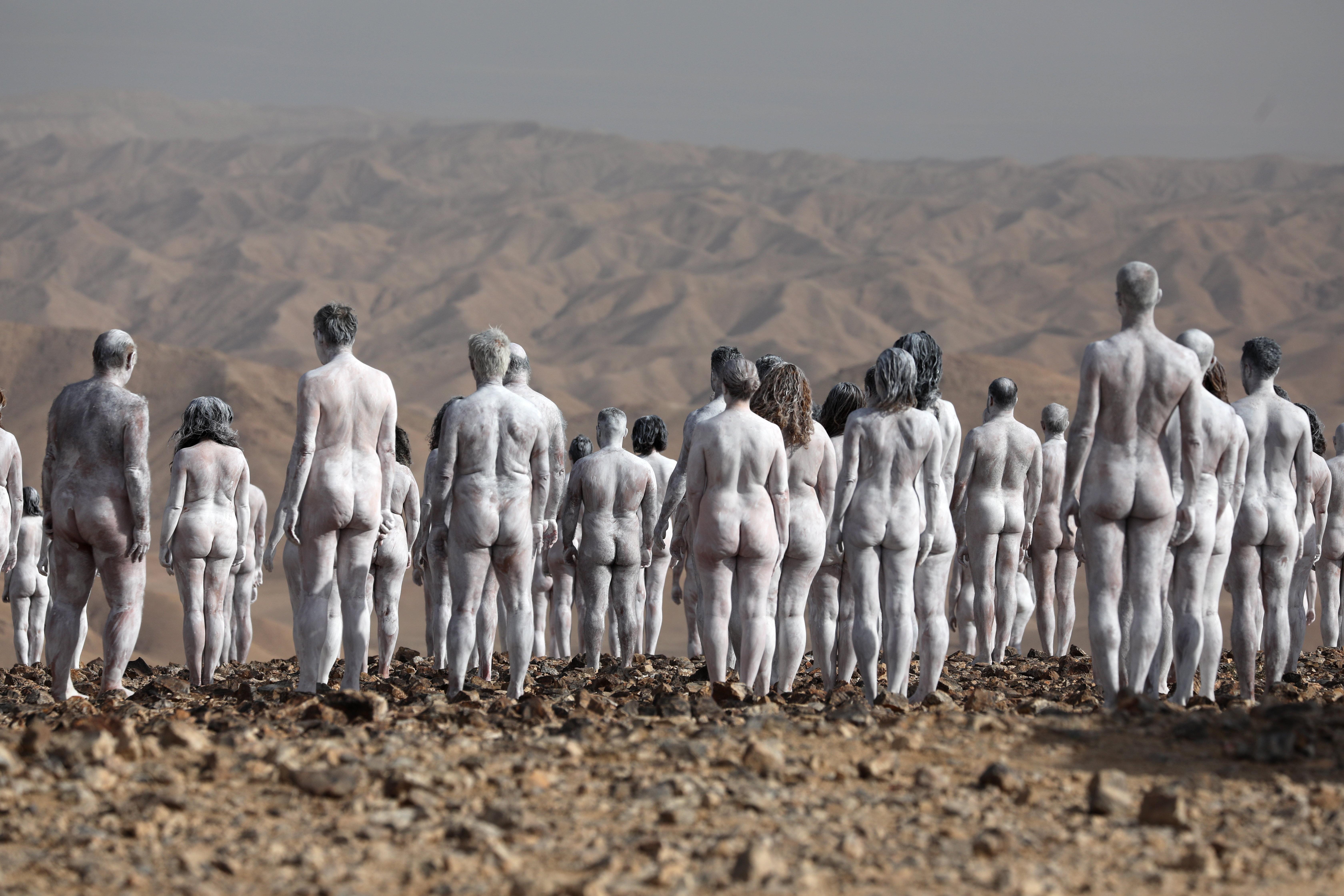 Több százan vetkőztek meztelenre az izraeli sivatagban – galéria
