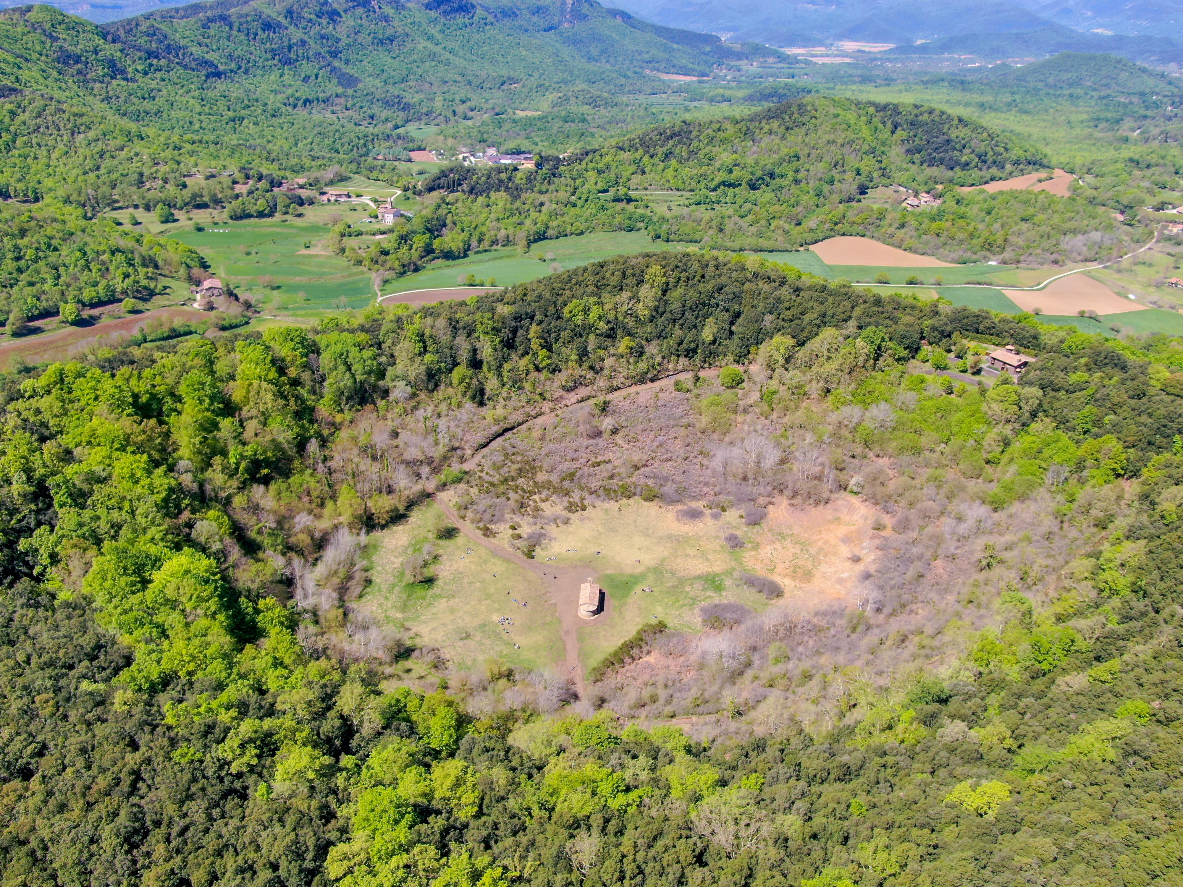 Magányos templom áll egy alvó vulkán kráterében - képek