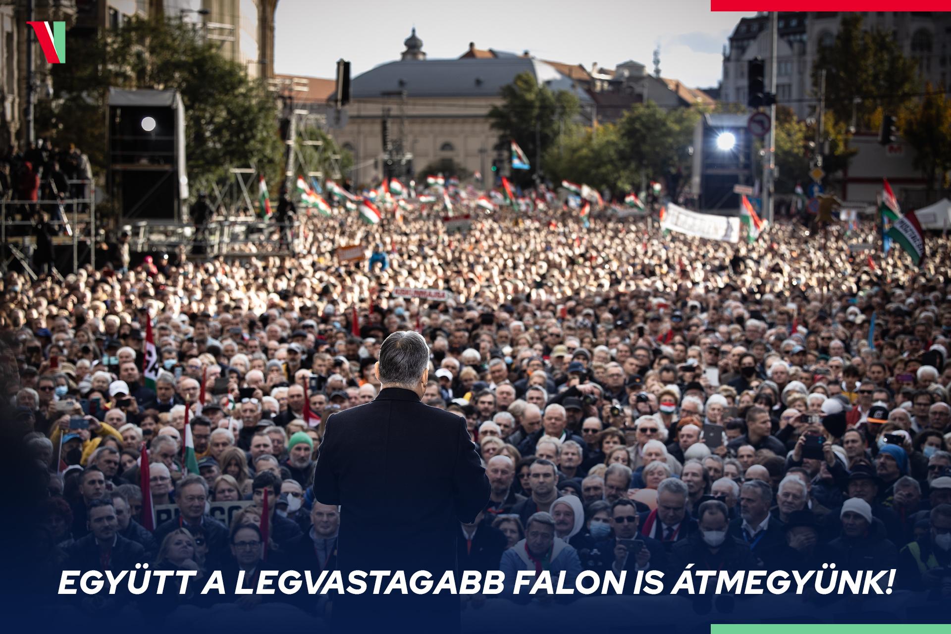 Orbán Viktor beszédet mond a több százezres tömeg előtt - kép