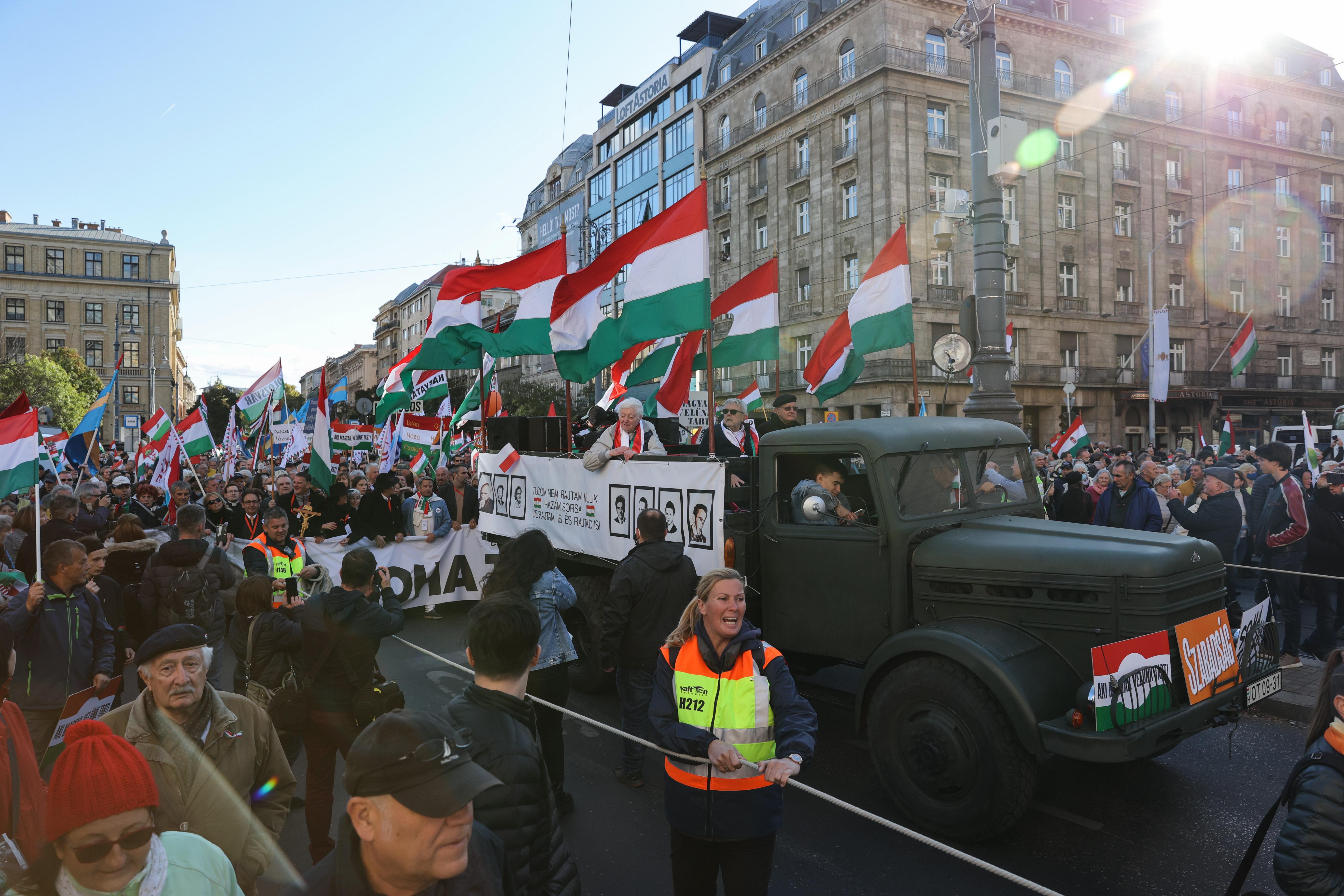 Így érkezik a hatalmas tömeg az Erzsébet térre - képek
