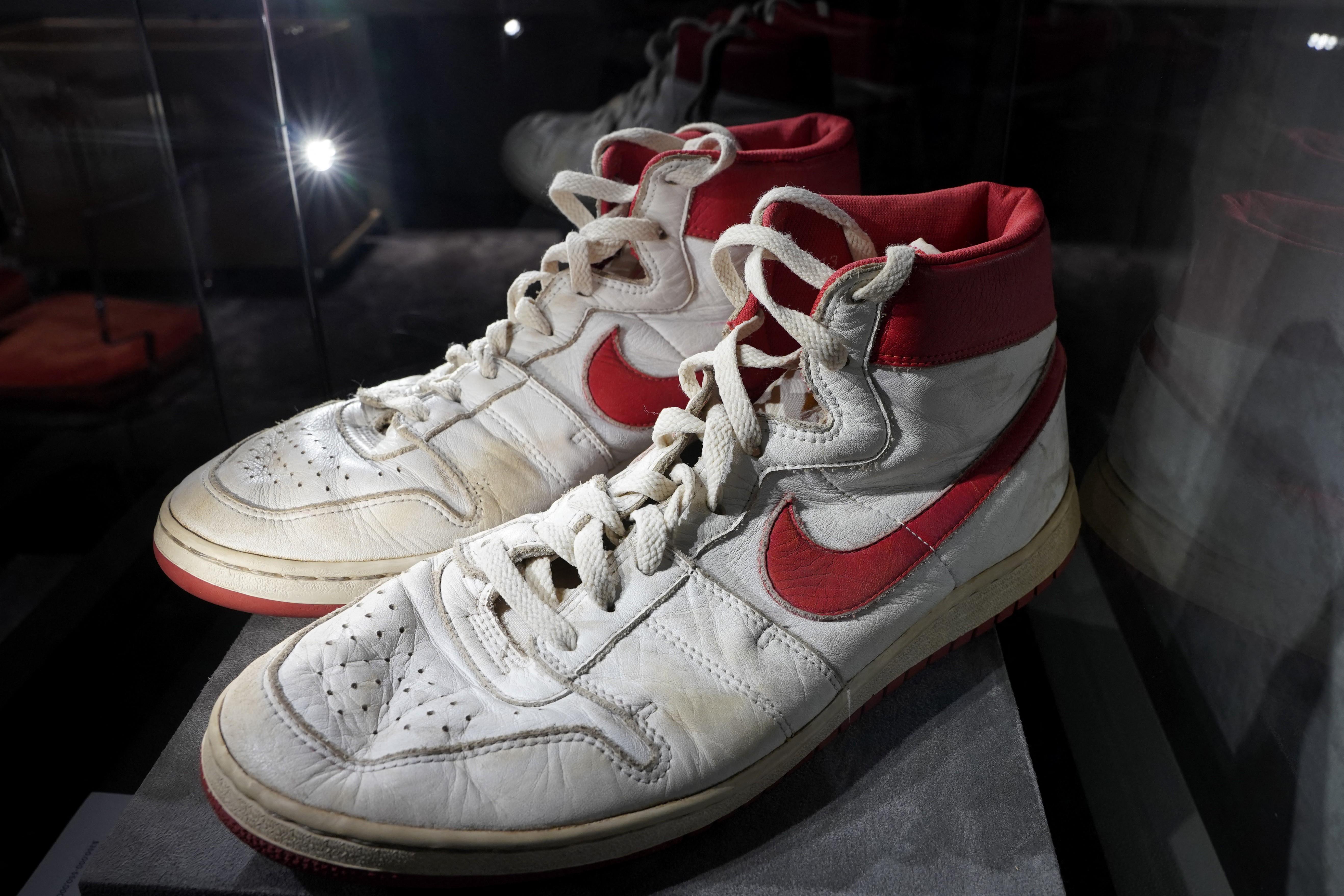 Elképesztő összegért kelt el Michael Jordan legendás kosaras cipője