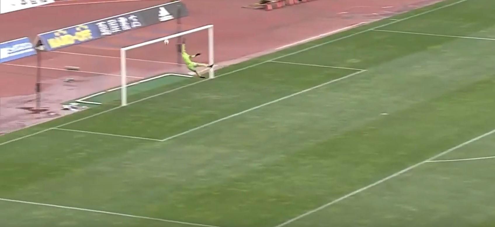 A félpályáról lőtt hatalmas gólt a japán focista - videó